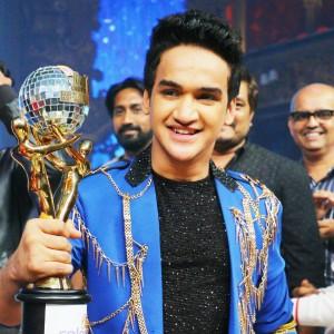 Faisal Khan Jhalak dikhhla Jaa with Trophy